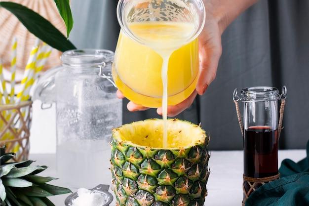 Bebida de piña con sirope de coco y arándanos paso a paso