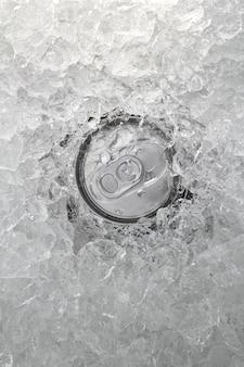 Bebida puede helada sumergida en hielo congelado primer plano