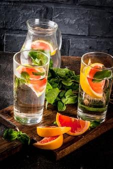 Bebida refrescante de desintoxicación de agua con pomelo rosado y menta fresca, agua de fruta de spa