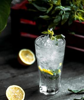 Bebida refrescante con hielo picado y limón.