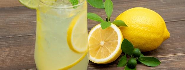 Bebida refrescante de jugo de limonada