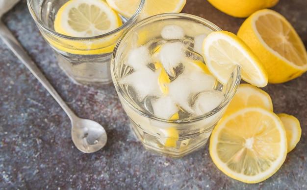 Bebida refrescante con limón y hielo.