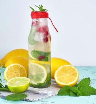 Bebida refrescante de limonada con limones, arándanos, hojas de menta.