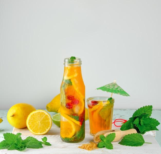 Bebida refrescante de limonada con limones, hojas de menta.