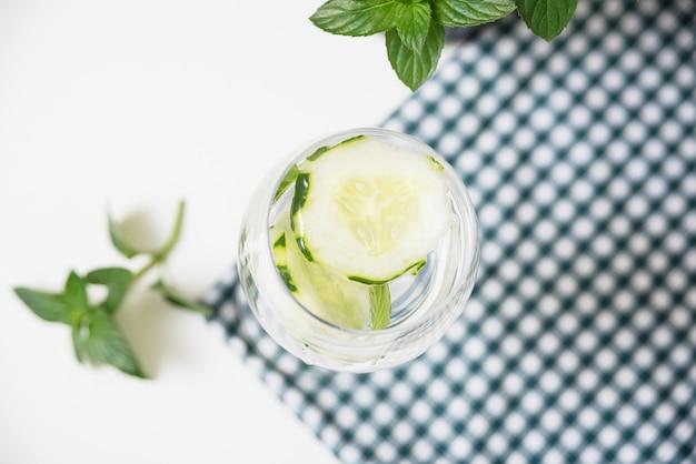Bebida refrescante en mantel de mesa