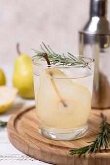 Bebida refrescante con pera lista para servir