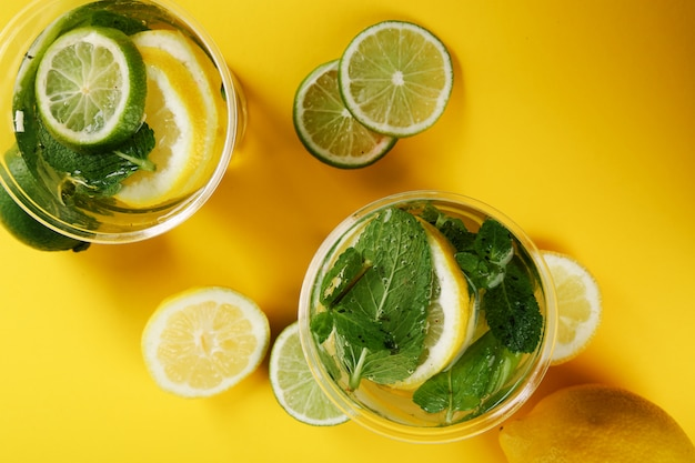 Bebida refrescante con rodajas de limón.