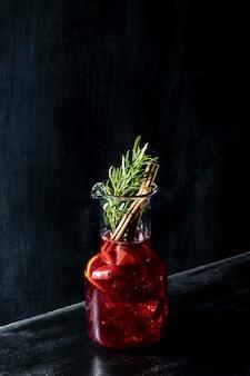 Bebida refrescante con sabor a fruta en la mesa