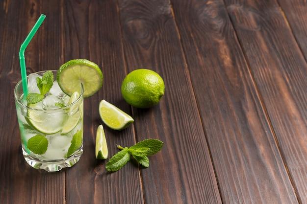 Bebida refrescante de verano con hielo, lima y menta. bebida sin alcohol