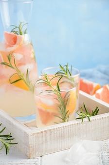 Bebida refrescante de verano con pomelo y romero.