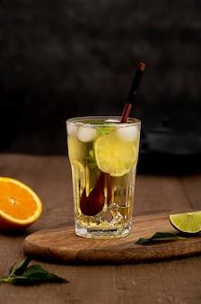 Bebida sabrosa con limón y cubitos de hielo.