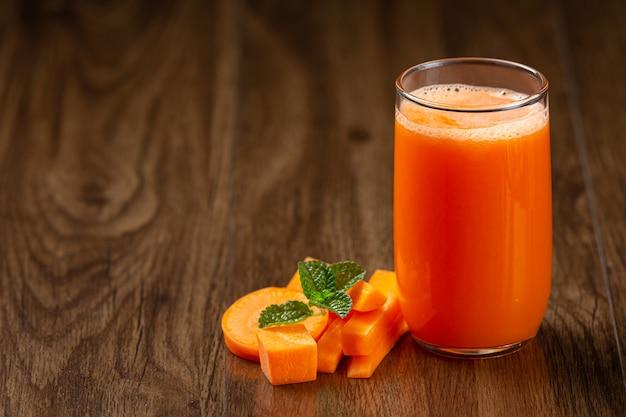 Bebida saludable, jugo de zanahoria fresco