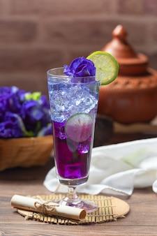 Bebida saludable, té de flor de guisante azul orgánico con limón y lima.