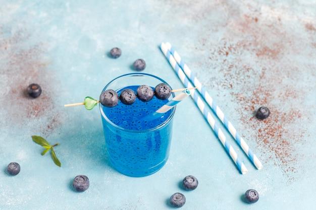 Bebida de semillas de albahaca y arándanos.