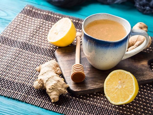 Bebida de té caliente con limón y jengibre con miel