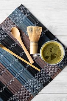 Bebida de té verde matcha y accesorios. concepto de ceremonia japonesa del té.