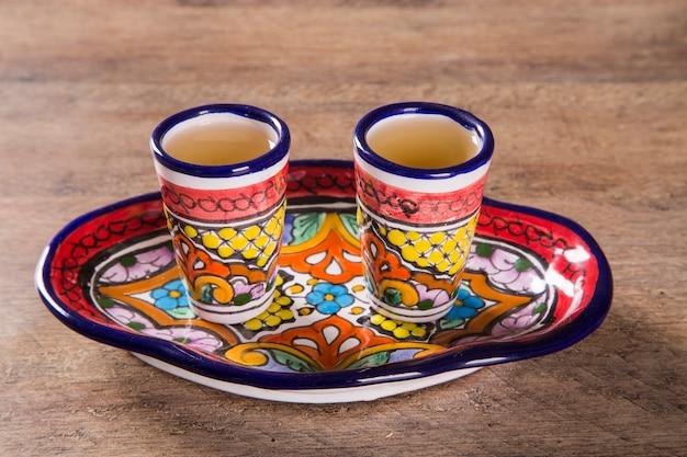 Bebida de tequila en un vaso mexicano