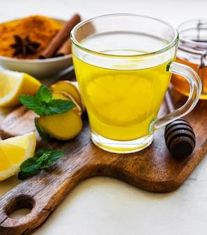 Bebida tónica energética con cúrcuma, jengibre, limón y miel
