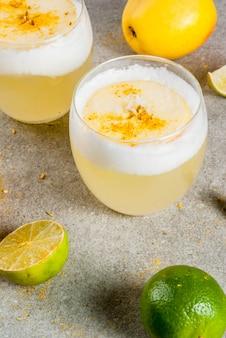 Bebida tradicional chilena pisco sour licor con lima fresca