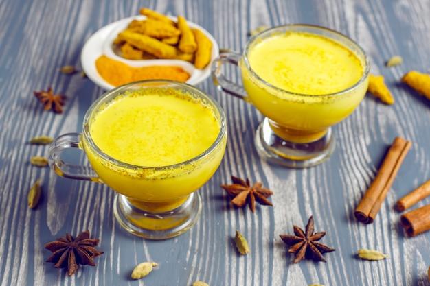 Bebida tradicional india cúrcuma leche dorada.