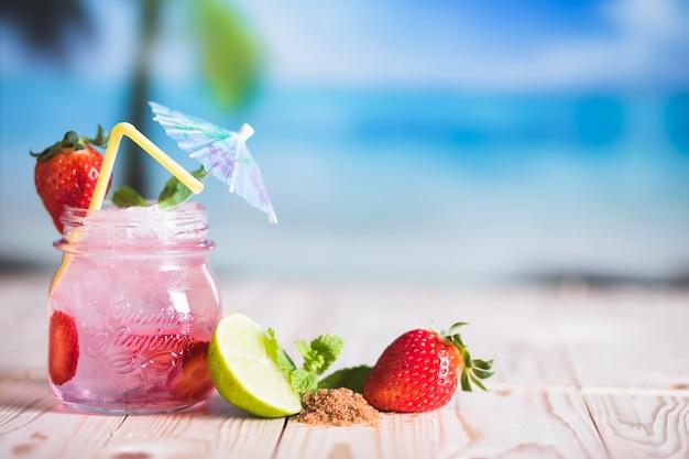 Bebida tropical y frutas