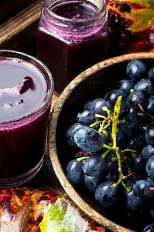 Bebida de uva en un vaso