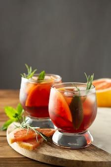 Bebida de verano fruta refrescante coctel frio mesa de madera.