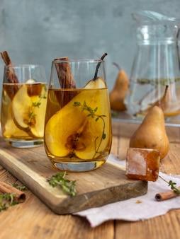 Bebida de verano con hielo y pera.