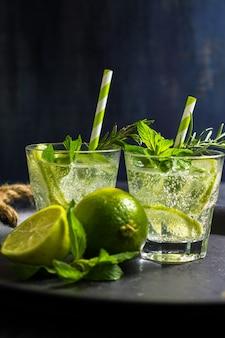 Bebida de verano con lima y menta