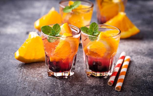 Bebida de verano con naranja y bayas.