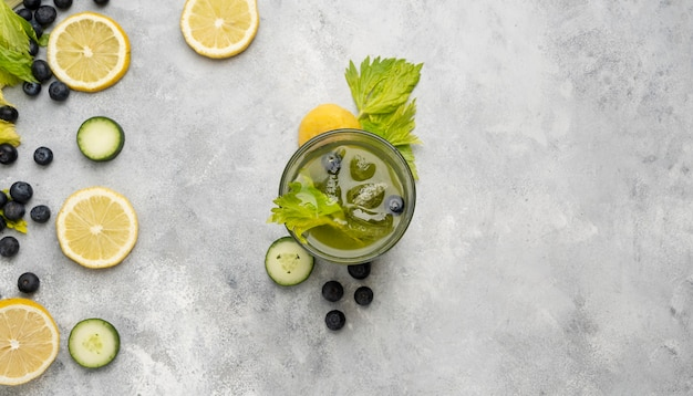 Bebida de vista superior con hierbas y frutas
