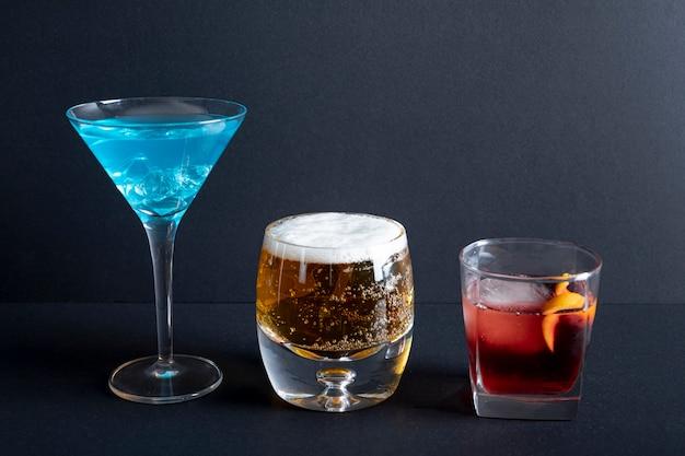 Bebidas alcohólicas de primer plano listas para ser servidas