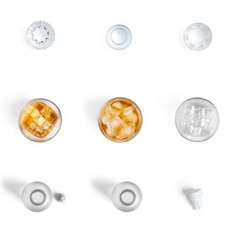 Bebidas alcohólicas en vasos aislados en una pared blanca.