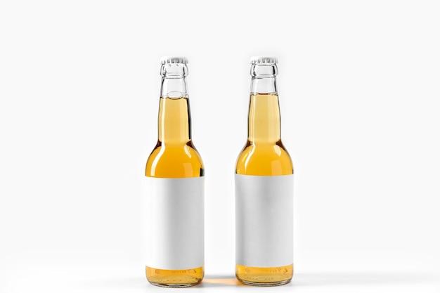 Bebidas alcohólicas de vista frontal con pegatinas en blanco