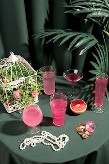 Bebidas de alto ángulo rosa y adornos femeninos.