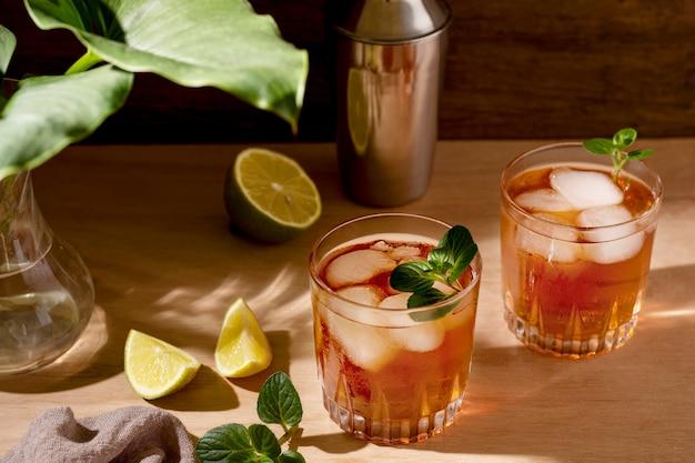 Bebidas aromáticas listas para servir con hielo.
