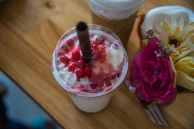 Bebidas de chocolate blanco de fresa para las vacaciones