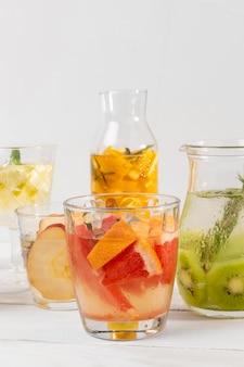 Bebidas de cítricos en la mesa