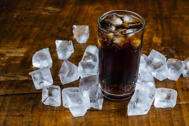 Bebidas de cola, refrescos negros y hielo refrescante.