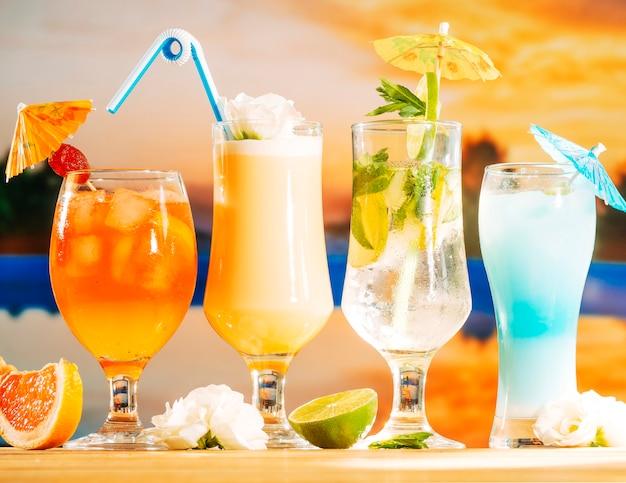 Bebidas de color amarillo anaranjado brillante y azul y flor de pomelo en rodajas