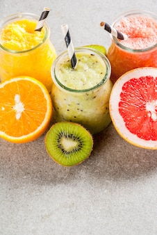 Bebidas dietéticas desintoxicantes, batidos tropicales caseros