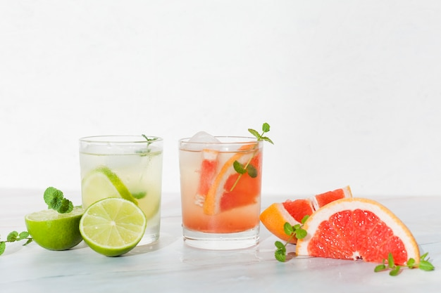 Bebidas frescas de cítricos en la mesa.