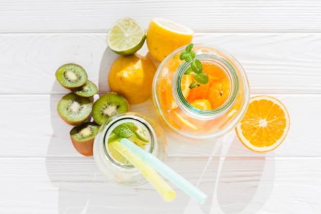 Bebidas frescas con fruta.