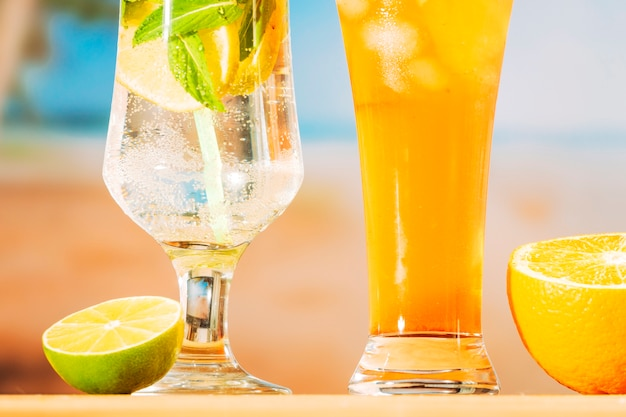Bebidas frescas jugosas y rodajas de naranja lima.