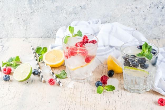 Bebidas frías de frambuesa y arándanos