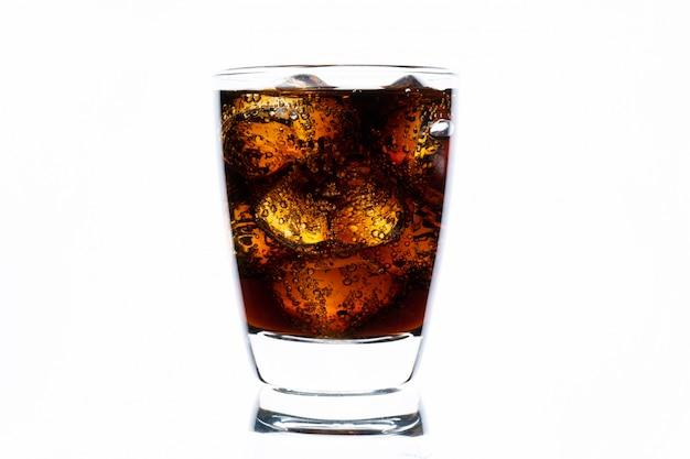 Bebidas frías, refrescos con hielo, un vaso de cola para bebidas calientes y de verano aislado en la pared blanca