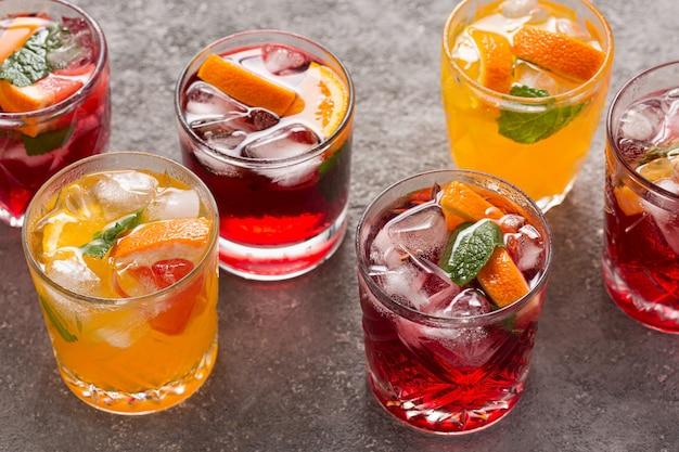 Bebidas de frutas de verano y agua helada, vista superior