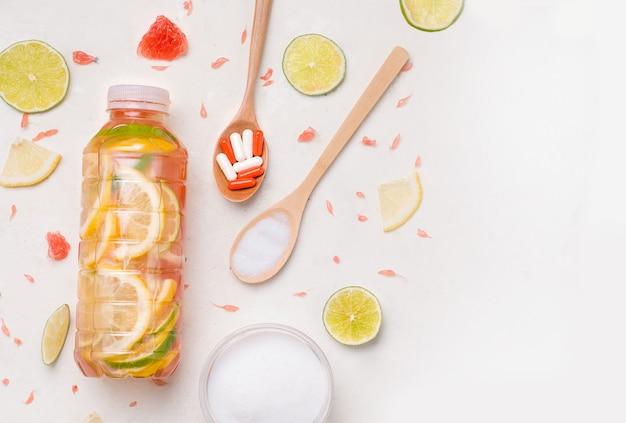 Bebidas isotónicas fortificadas deportivas con colágeno en una botella sobre un fondo blanco. copia espacio