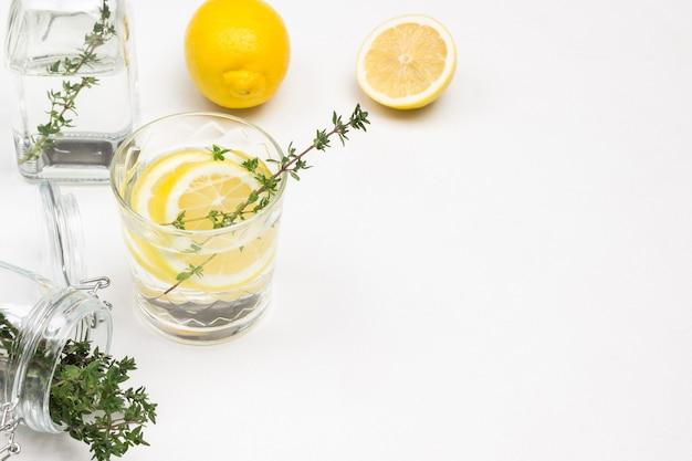 Bebidas de limón en vasos.