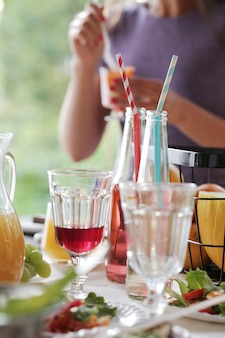 Bebidas en la mesa